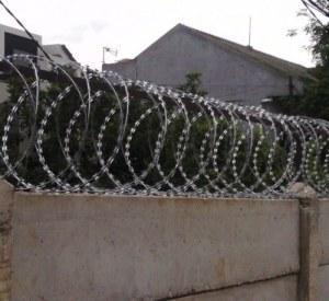 pagar-kawat-berduri-untuk-perlindungan-maksimum-di-belakang-rumah